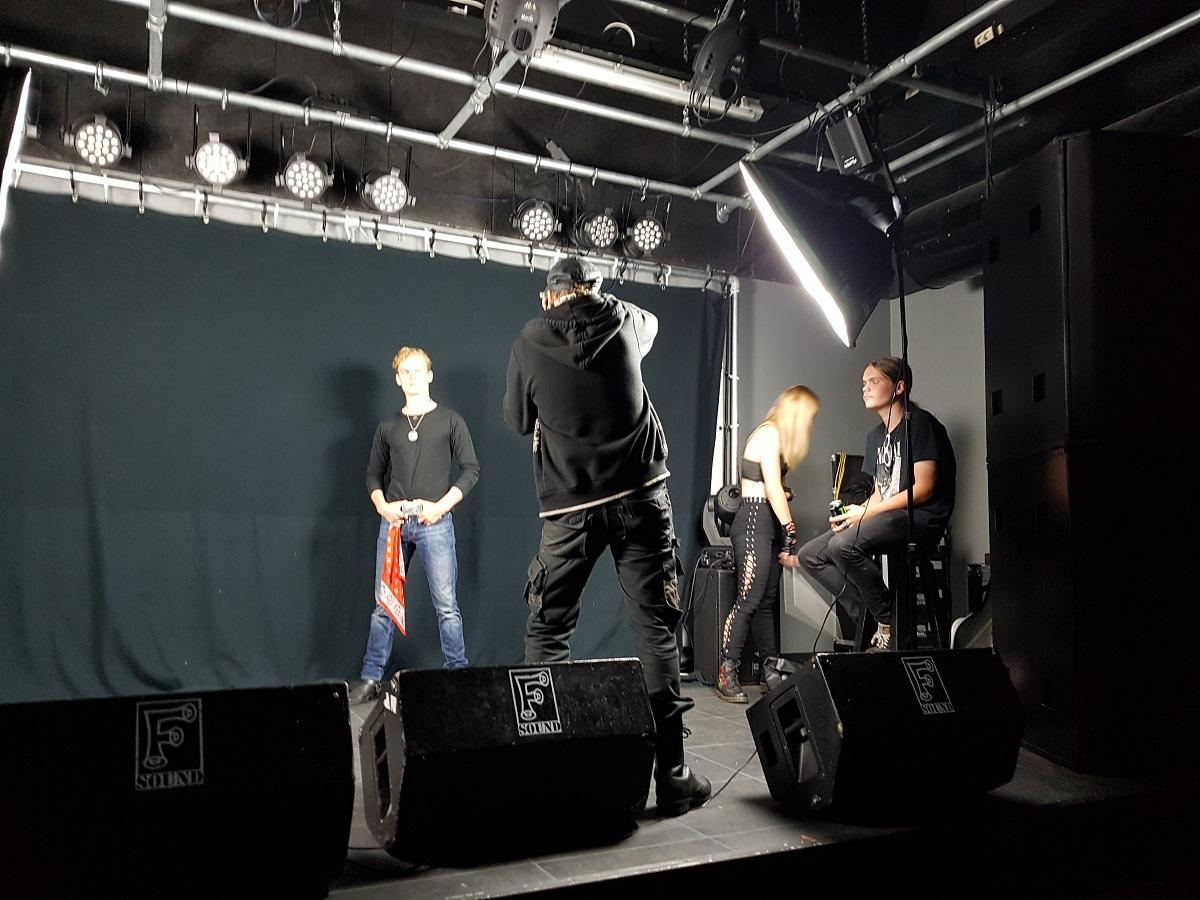 Foto van een band fotoshoot door Wesley op het podium van de Schuit